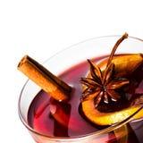 Varmt rött funderat vin för jul och vinter med den orange skivan, Royaltyfri Bild