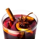 Varmt rött funderat vin för vinter och jul med den orange skivan, Arkivfoton