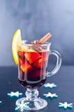 Varmt rött funderat vin på vit bakgrund Royaltyfri Fotografi