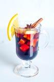 Varmt rött funderat vin som isoleras på vit bakgrund Royaltyfri Fotografi