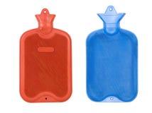 varmt rött vatten för blåa flaskor arkivfoton