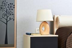 Varmt sovrum med lampan på en natttabell Royaltyfri Foto