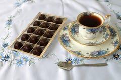 Varmt starkt te chokladtekopp teaspoonful Godisar Arkivfoto