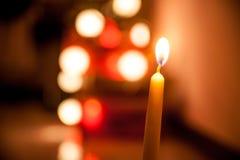 Varmt stearinljusljus för enkelt vax på julnatt med mörk bakgrund Royaltyfri Fotografi