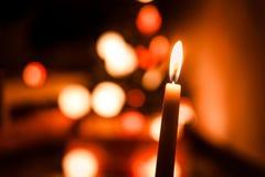 Varmt stearinljusljus för enkelt vax på julnatt med mörk bakgrund Arkivfoton
