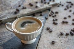 Varmt svart kaffe blandar inte sirapen Hjälp stimulerar kroppen att bli vaken och förnya koffeinet arkivfoton