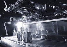 Varmt svart kaffe hälls in i en vit kopp som göras från maskinen för portafilterespresso royaltyfri bild
