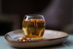 Varmt te för afton i exponeringsglaset arkivbilder