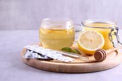Varmt te för förkylningar, medicin och honung Arkivbilder