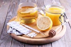 Varmt te för förkylningar, medicin och honung Fotografering för Bildbyråer