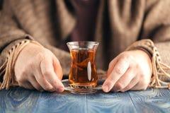 Varmt te för manlig drink i kall dag Arkivfoton