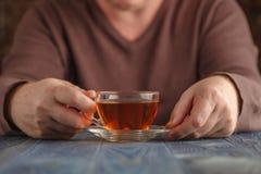 Varmt te för manlig drink i kall dag Arkivbilder