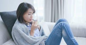 Varmt te för sjuk kvinnadrink arkivbild