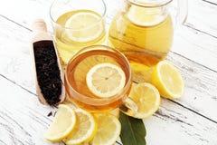 Varmt te i en genomskinlig kopp Te med citronfrukter Värmedri Arkivfoto