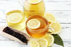 Varmt te i en genomskinlig kopp Te med citronfrukter Värmedri Arkivfoton