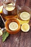Varmt te i en genomskinlig kopp Te med citronfrukter Värmedri Arkivbild