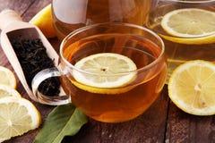 Varmt te i en genomskinlig kopp Te med citronfrukter Värmedri Arkivbilder