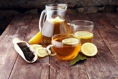 Varmt te i en genomskinlig kopp Te med citronfrukter Värmedri Royaltyfri Foto