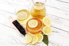 Varmt te i en genomskinlig kopp Te med citronfrukter Värmedri Fotografering för Bildbyråer