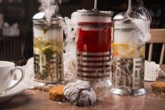 Varmt te i en tekanna med många dunst royaltyfri fotografi