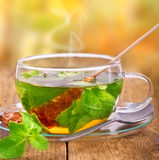Varmt te i exponeringsglas Arkivfoton