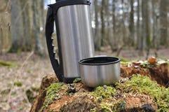 Varmt te i termoset för en gå i träna Royaltyfri Bild