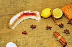 Varmt te med citronen, kanel och timjan royaltyfria foton