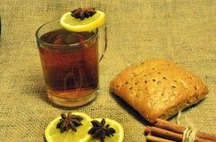 Varmt te med citronen, kanel och timjan Arkivfoto