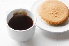 varmt te med kakan Royaltyfria Bilder