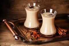 Varmt te med mjölkar Arkivbild
