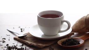 Varmt te på trätabellen stock video