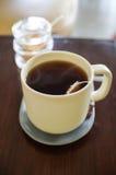Varmt te på trätabellen Arkivbild
