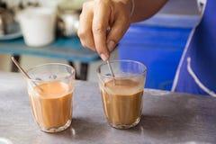 Varmt thailändskt te mjölkar att brygga den blandade häftelokaldrycken Royaltyfri Bild