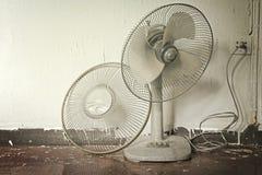 varmt väder Smutsig bruten gammal elektrisk fan i varmt väder arkivfoton