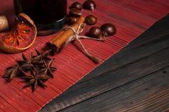 Varmt vin för vinter med olika kryddor Arkivfoton