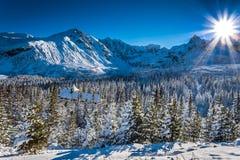 Varmt vinterskydd i bergen Arkivfoton