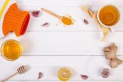 Varmvattenflaska, kopp te och ingredienser för förberedelsevärmedryck Royaltyfri Foto