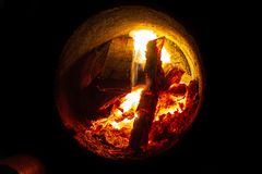 Varmvattenkokkärl med insidan för öppen dörr och brandoch skopa med kol arkivbilder