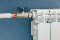 Varmvattenrör och element fotografering för bildbyråer
