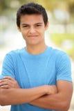 Varón joven con los brazos cruzados Fotos de archivo libres de regalías