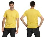 Varón que desgasta la camisa amarilla en blanco Fotografía de archivo