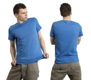 Varón que desgasta la camisa azul en blanco Imagenes de archivo