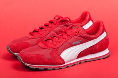 Varna Bułgaria, CZERWIEC, - 17, 2017 Czerwoni puma sporta buty na czerwonym tle Puma, ważna Niemiecka wielonarodowa firma Produkt Obraz Royalty Free