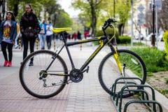 Varna Bułgaria, Kwiecień 26 - 2017 bicykl w parking Zdjęcia Stock