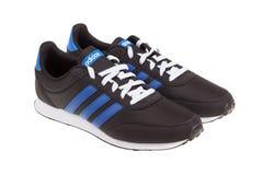 Varna Bułgaria, LIPIEC, - 4, 2018: ADIDAS V sporta BIEGOWI buty Produktu strzał Adidas jest Niemieckim korporacją który projektuj Obraz Royalty Free