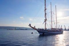 Varna Bułgaria, Październik, - 02: Międzynarodowego Regatta SCF czerni DENNI WYSOCY statki REGATA 2016 Obrazy Royalty Free