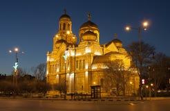 VARNA, BULGÁRIA - 11 DE ABRIL DE 2015: Catedral ortodoxo da suposição da Virgem Maria na noite imagem de stock royalty free