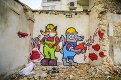 VARNA, BULGÁRIA - 4 de abril de 2015 - grafittis em uma casa abandonada Fotos de Stock Royalty Free