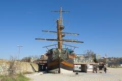 VARNA, BULGÁRIA - 11 DE ABRIL DE 2015: Navio de navigação na praia imagem de stock royalty free