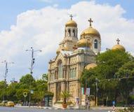 VARNA, BULGÁRIA - 14 DE AGOSTO DE 2015: Catedral ortodoxo da suposição da Virgem Maria, Fotos de Stock